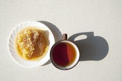 Composition avec le thé dans la tasse et la théière sur la table Photo libre de droits