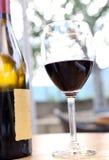 Composition avec le verre à vin et la bouteille de vin rouge Images libres de droits