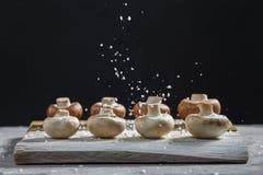 Composition avec les champignons frais de champignon de paris sur le conseil en bois Type rustique image stock