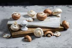 Composition avec les champignons frais de champignon de paris sur le conseil en bois Type rustique photos stock