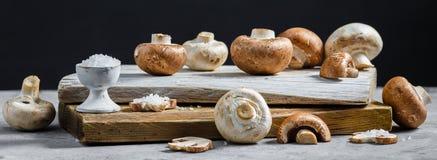 Composition avec les champignons frais de champignon de paris sur le conseil en bois Type rustique photos libres de droits