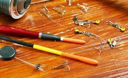 Composition avec les flotteurs de pêche et le petit attirail de pêche à la ligne Photographie stock libre de droits