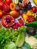 Composition avec les légumes crus et les fruits assortis photographie stock libre de droits