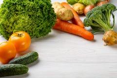 Composition avec les légumes organiques crus assortis image stock