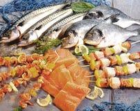 Composition avec les poissons crus et les brochettes de poissons Image libre de droits