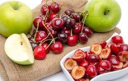 Composition avec les pommes et les cerises vertes mûres Photographie stock libre de droits