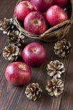 Composition avec les pommes rouges Photo stock