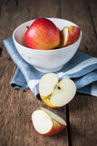 Composition avec les pommes rouges de coupe sur la table en bois Images libres de droits