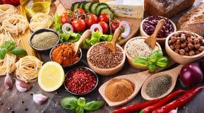 Composition avec les produits alimentaires d'aliment biologique assortis sur la table photos stock