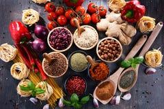 Composition avec les produits alimentaires d'aliment biologique assortis sur la table photographie stock libre de droits