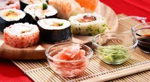 Composition avec les rouleaux de sushi et les bols assortis d'épices Photo libre de droits