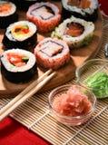 Composition avec les rouleaux de sushi et les bols assortis d'épices Photos stock