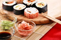 Composition avec les rouleaux de sushi et les bols assortis d'épices Images libres de droits