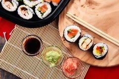 Composition avec les rouleaux de sushi et les bols assortis d'épices Photos libres de droits
