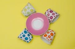 Composition avec les tasses et soucoupes colorées Photographie stock libre de droits