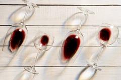 Composition avec plusieurs verres de vin utilisés avec le liquide de surplus au-dessus du fond en bois Vue supérieure avec l'espa image stock