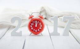 Composition avec un numéro en bois 2017 et horloge rouge comme symbole Photographie stock libre de droits