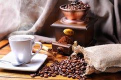 Composition avec une tasse de café, haricots et broyeur de café Photo libre de droits