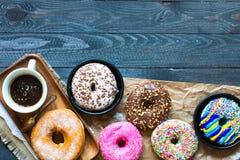 Composition colorée en petit déjeuner de butées toriques avec la tasse d'ordinateur portable et de café Photographie stock libre de droits