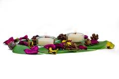 Composition colorée fraîche de deux bougies brûlantes, potp parfumé Photographie stock