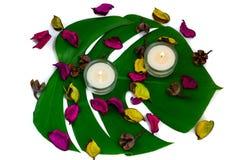 Composition colorée fraîche de deux bougies brûlantes, potp parfumé Image libre de droits