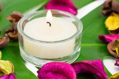 Composition colorée fraîche de deux bougies brûlantes, potp parfumé Photo libre de droits