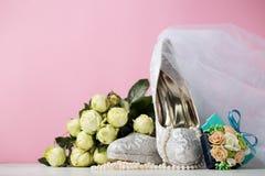 Composition créative des chaussures nuptiales de dentelle Photos libres de droits