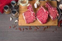 Composition crue en bifteck d'oeil de nervure de viande fraîche sur le fond en bois Photos libres de droits