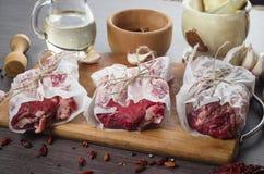 Composition crue en bifteck d'oeil de nervure de viande fraîche sur le fond en bois Photographie stock