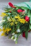 composition décorative florale en fleur de conception de l'Encore-vie faite à partir des mimosas sur un fond en bois Images libres de droits