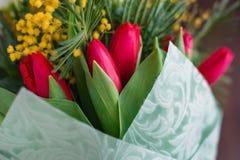 composition décorative florale en fleur de conception de l'Encore-vie faite à partir des mimosas sur un fond en bois Photographie stock