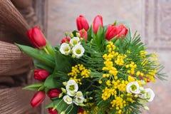 composition décorative florale en fleur de conception de l'Encore-vie faite à partir des mimosas sur un fond en bois Photographie stock libre de droits