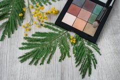 composition décorative florale en fleur de conception de l'Encore-vie faite à partir des mimosas sur un fond en bois Image stock