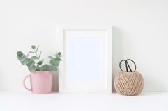 Composition dénommée avec le cadre blanc et les ranunculos roses images libres de droits
