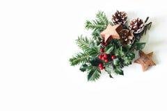 Composition dénommée de fête en Noël Arrangement floral d'hiver Cônes de pin, branches d'arbre de sapin, baies rouges de houx et image libre de droits