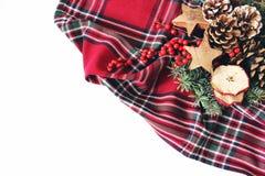 Composition dénommée de fête en Noël Arrangement floral d'hiver Cônes de pin, branches d'arbre de sapin, baies rouges de houx et images libres de droits