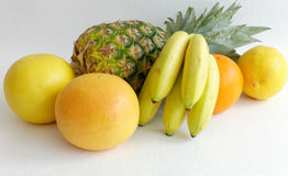 Composition d'ananas, d'orange, de pamplemousses et de bananes de bébé Image stock