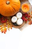 Composition d'automne des potirons, des feuilles, des baies et des bougies Photos stock