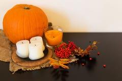 Composition d'automne des potirons, des feuilles, des baies et des bougies Image libre de droits