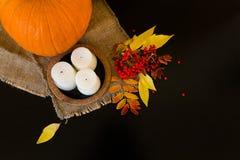 Composition d'automne des potirons, des feuilles, des baies et des bougies Photos libres de droits