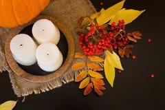 Composition d'automne des potirons, des feuilles, des baies et des bougies Images stock