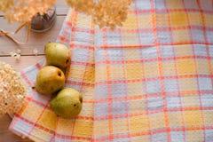 Composition d'automne Hortensia sec, poires sur une serviette de toile Sur un fond en bois endroit pour votre inscription Photo stock