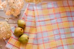 Composition d'automne Hortensia sec, poires sur une serviette de toile Sur un fond en bois endroit pour votre inscription Photo libre de droits