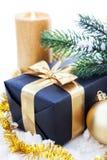 Composition d'or en Noël avec le boîte-cadeau, la bougie et la branche de Photo libre de droits
