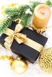 Composition d'or en Noël avec le boîte-cadeau, la bougie et la branche de Image libre de droits