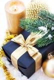 Composition d'or en Noël avec le boîte-cadeau, la bougie et la branche de Images stock