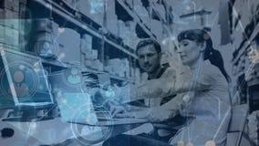 Composition d'entrepôt de la femme et de l'homme travaillant dans l'entrepôt combiné avec l'animation de c clips vidéos