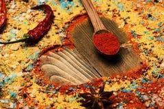 Composition de condiment faisant la forme de coeur Concept d'art de nourriture photos libres de droits
