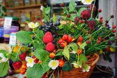 Composition de différentes baies et fleurs dans un magasin de rue de confiture et de compotes photographie stock libre de droits