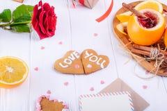 Composition de fête avec des biscuits dans la forme du coeur avec amour que vous exprime, s'est levé, peu commun servi en vin cha Image libre de droits